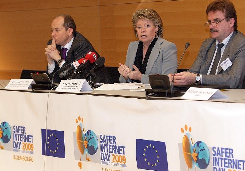 Jean-Louis Schiltz, Viviane Redingová a Antti Peltomäki (zdroj: European Communities)
