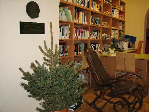Příjemná atmosféra v předvánoční knihovně