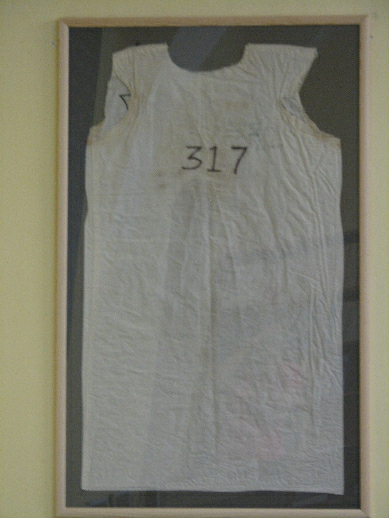 Výzdoba knihovny zahrnuje i originální košili ze stanfordského vězeňského experimentu realizovaného psychologem P. Zimbardem