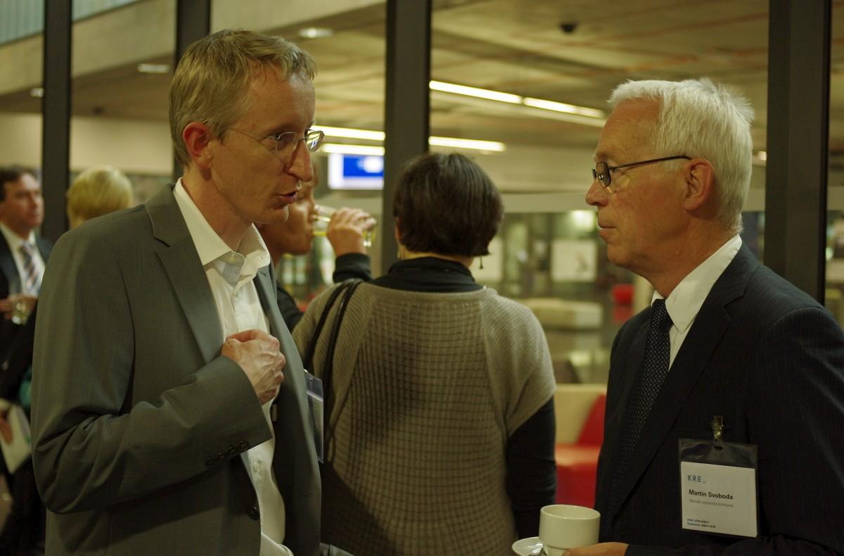 Štěpán Jurajda (vlevo) pokračoval ve výkladu o zásadních problémech českého bodového systému i o přestávce. Na snímku v rozhovoru s ředitelem knihovny Martinem Svobodou