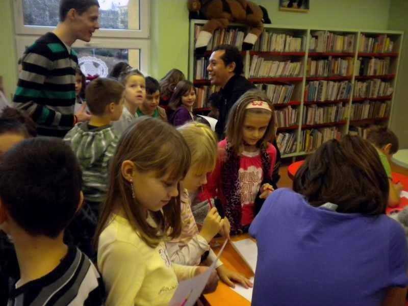 Knihomolíci si vyměňují jména a podpisy
