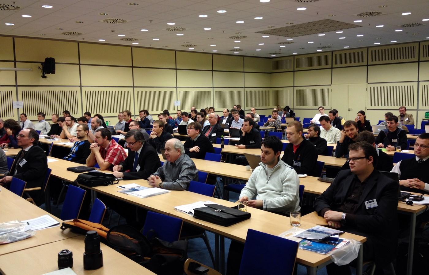 Zhruba stovka účastníků naplnila hlavní sál i paralelní workshopy