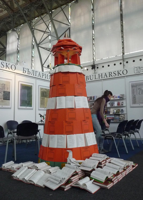 Maják vexpozici Bulharska byl podle informací jedné zvystavovatelek byl vytvořený podle vzoru majáku vBurgasu